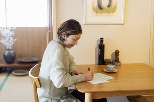 手紙を書く日本人女性の写真素材 [FYI04844723]
