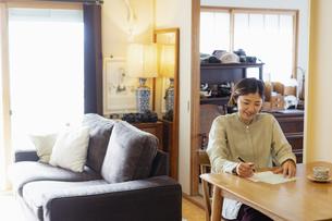 手紙を書く日本人女性の写真素材 [FYI04844724]