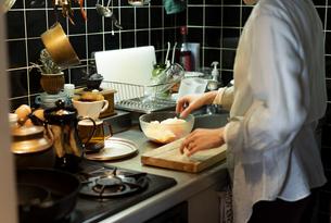 キッチンで料理をする女性の写真素材 [FYI04844726]