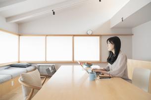 在宅で仕事をする女性の写真素材 [FYI04844745]