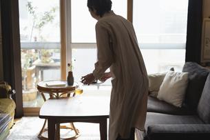 料理を運ぶ日本人女性の写真素材 [FYI04844783]