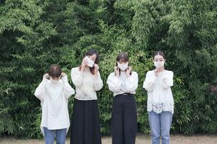 屋外でマスクを装着する日本人女性4人の写真素材 [FYI04844812]