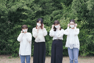 屋外でマスクを装着する日本人女性4人の写真素材 [FYI04844813]