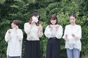 屋外でマスクを装着する日本人女性4人の写真素材 [FYI04844814]