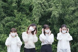 屋外でマスクを装着する日本人女性4人の写真素材 [FYI04844815]