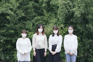 屋外でマスクを装着する日本人女性4人の写真素材 [FYI04844816]