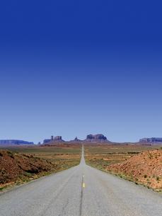 モニュメントバレーの直線道路の写真素材 [FYI04845409]