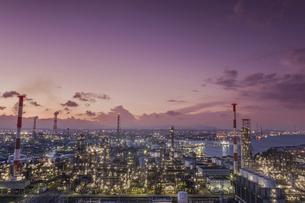 四日市工場の夕景を空撮の写真素材 [FYI04845413]