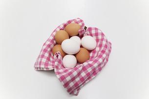 籠にいれた生卵の写真素材 [FYI04845457]