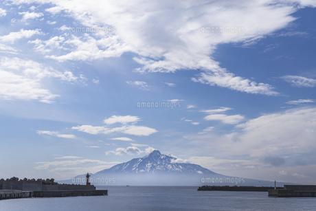 朝の礼文島からの利尻富士の写真素材 [FYI04845536]