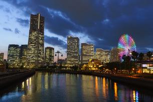 YOKOHAMA AIR CABINとみなとみらい夕景の写真素材 [FYI04845549]