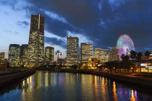 YOKOHAMA AIR CABINとみなとみらい夕景の写真素材 [FYI04845566]