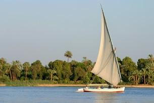ナイル川とフェラッカ船の写真素材 [FYI04845590]