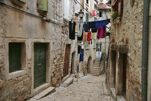 生活感溢れるヨーロッパ旧市街の路地裏の写真素材 [FYI04845592]