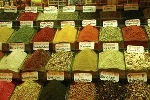 グランドバザールで売られている数々の香辛料やお茶の写真素材 [FYI04845594]