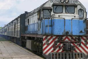 ザンビア・カピリムポシとタンザニア・ダルエスサラームを結ぶタンザン鉄道のディーゼル機関車の写真素材 [FYI04845596]