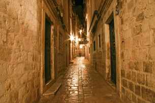 街灯に照らされたクロアチア・ドゥブロヴニク旧市街の路地の写真素材 [FYI04845599]