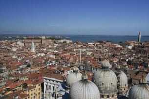 サンマルコの鐘楼から眺めるベネチアの町並みの写真素材 [FYI04845601]