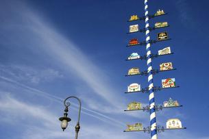 五月柱に飾られたノイシュバンシュタイン城とホーエンシュヴァンガウ城の看板の写真素材 [FYI04845603]