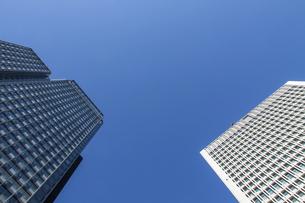 青空を背景にした東京・丸の内の高層オフィスビルの写真素材 [FYI04845605]