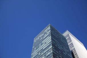 ビジネスの中心地・東京丸の内のビルと青空の写真素材 [FYI04845606]