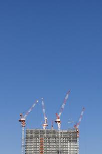 青空の下で建設工事中の高層ビルの写真素材 [FYI04845608]