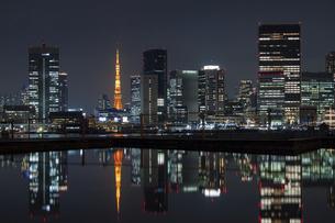 水面に反射する東京タワーと高層ビル群の夜景の写真素材 [FYI04845609]