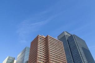 下から見上げた東京丸の内の高層ビル群と青空の写真素材 [FYI04845611]