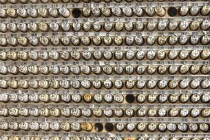 苗字ごとに並べられた既製ハンコの写真素材 [FYI04845615]