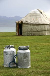 ミルク缶と遊牧民の伝統的住居ユルトの写真素材 [FYI04845616]