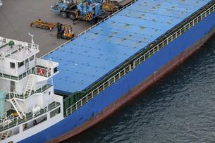竹芝桟橋に接岸する大型貨物船の写真素材 [FYI04845618]