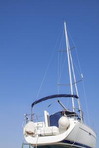 青空と東京夢の島マリーナのヨット後ろ姿の写真素材 [FYI04845619]