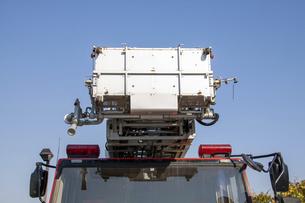 正面から見た消防車のはしご部分の写真素材 [FYI04845620]