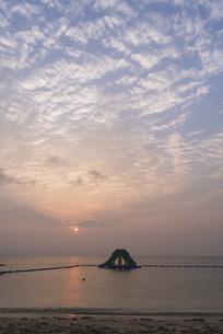 ビーチからの夕日の写真素材 [FYI04846198]