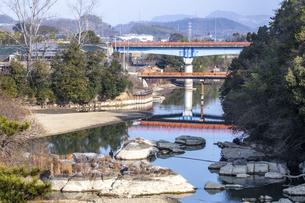 綾川の新滝宮橋の写真素材 [FYI04846438]