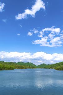 青空の千丈寺湖の写真素材 [FYI04846639]