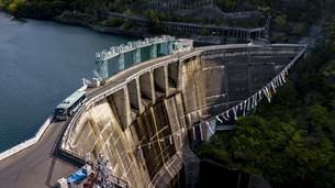 大倉ダムの鯉のぼりと仙台市営バスの写真素材 [FYI04846661]