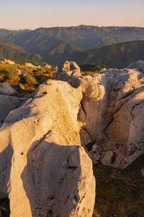 【自然風景】夜明けの四国カルスト 縦構図の写真素材 [FYI04846683]