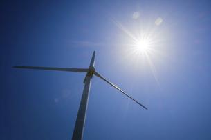 【電気】太陽の下の風力発電のタービン 再生可能エネルギーの写真素材 [FYI04846698]