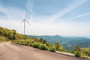 【電気】森林の中の風力発電 再生可能エネルギーの写真素材 [FYI04846699]