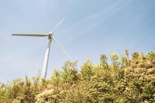 【電気】森林の中の風力発電 再生可能エネルギーの写真素材 [FYI04846702]