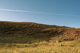【自然風景】青空の下の四国カルストとひこうき雲の写真素材 [FYI04846730]