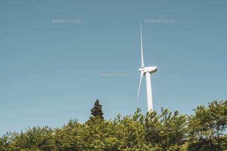 【電気】森林の中の風力発電 再生可能エネルギーの写真素材 [FYI04846786]