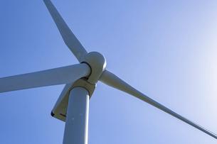 【電気】太陽の下の風力発電のタービン 再生可能エネルギーの写真素材 [FYI04846787]