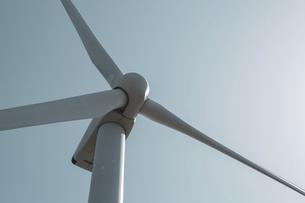 【電気】太陽の下の風力発電のタービン 再生可能エネルギーの写真素材 [FYI04846788]