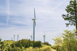 【電気】森林の中の風力発電のタービン 再生可能エネルギーの写真素材 [FYI04846794]