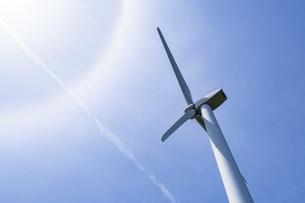 【電気】太陽の下の風力発電のタービン 再生可能エネルギーの写真素材 [FYI04846795]