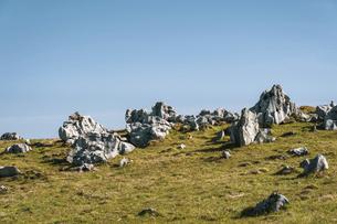 【自然風景】青空の下の四国カルストの写真素材 [FYI04846859]