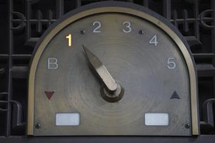 旧いエレベーターのフロア表示の写真素材 [FYI04846917]