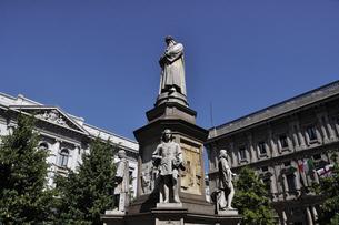 ミラノ スカラ広場のダヴィンチ像の写真素材 [FYI04847041]